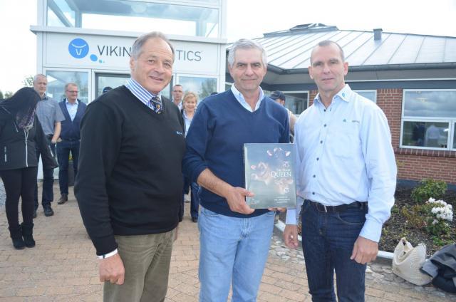 Pablo Enrique Coquelet Matas, som driver en farm med 700 jerseeykøer i Chile, får en kopi af The Dairy Queen.