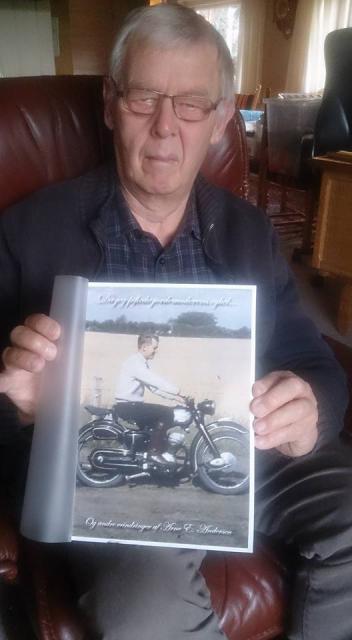 Arne Egon Andersen med sin spritnye erindringsbog