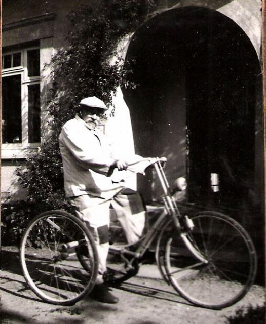 """""""Gamle Rasmussen"""" på sin trehjulede cykel"""