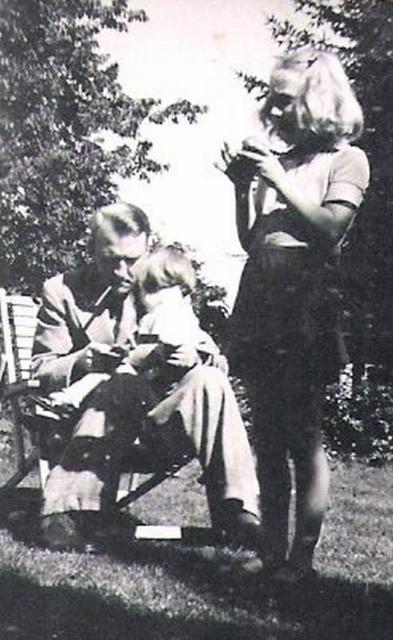 Læge Keld Dinesen med sine 2 piger Karen og Birthe i haven