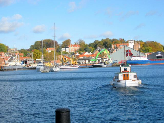 """Tak for rundvisningen - """"Postbåden """"Hjortø"""" sejler tilbage til sin kajplads"""