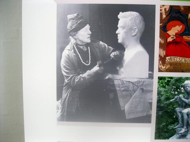 Anne Marie Carl Nielsen med en buste af sin mand