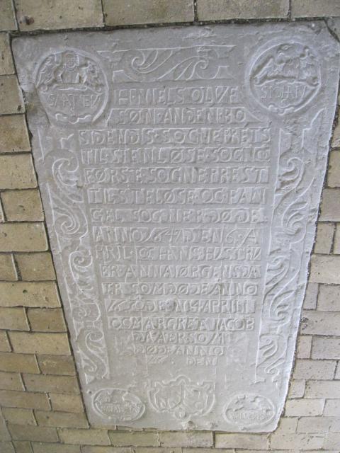 Ligsten over pastor Niels Olufsen, død 1634 med hustruer. Hans far Oluf Skaaning var den første bosiddende præst i Stenløse