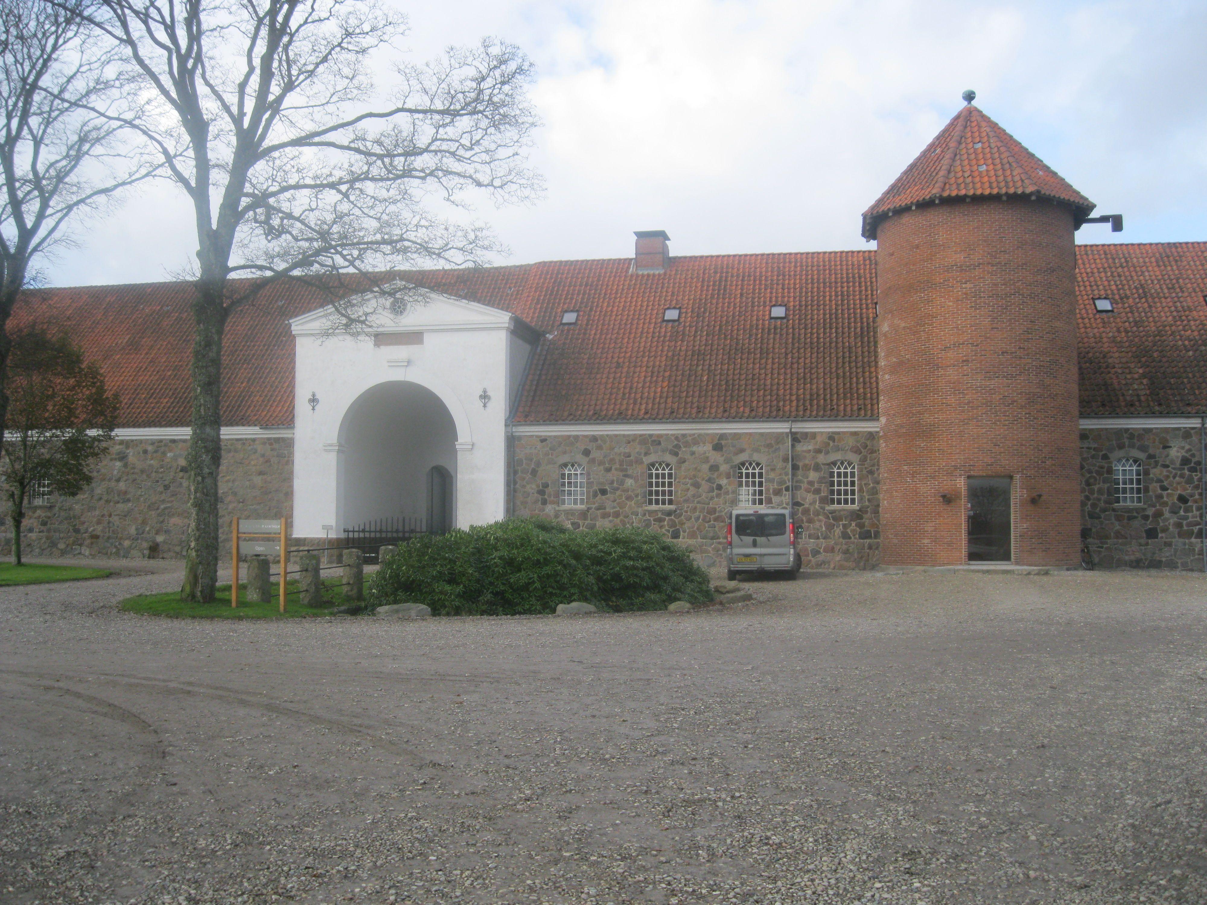 Galleri Flintholm er indrettet i Flintholms gamle avlsbygninger fra 1886
