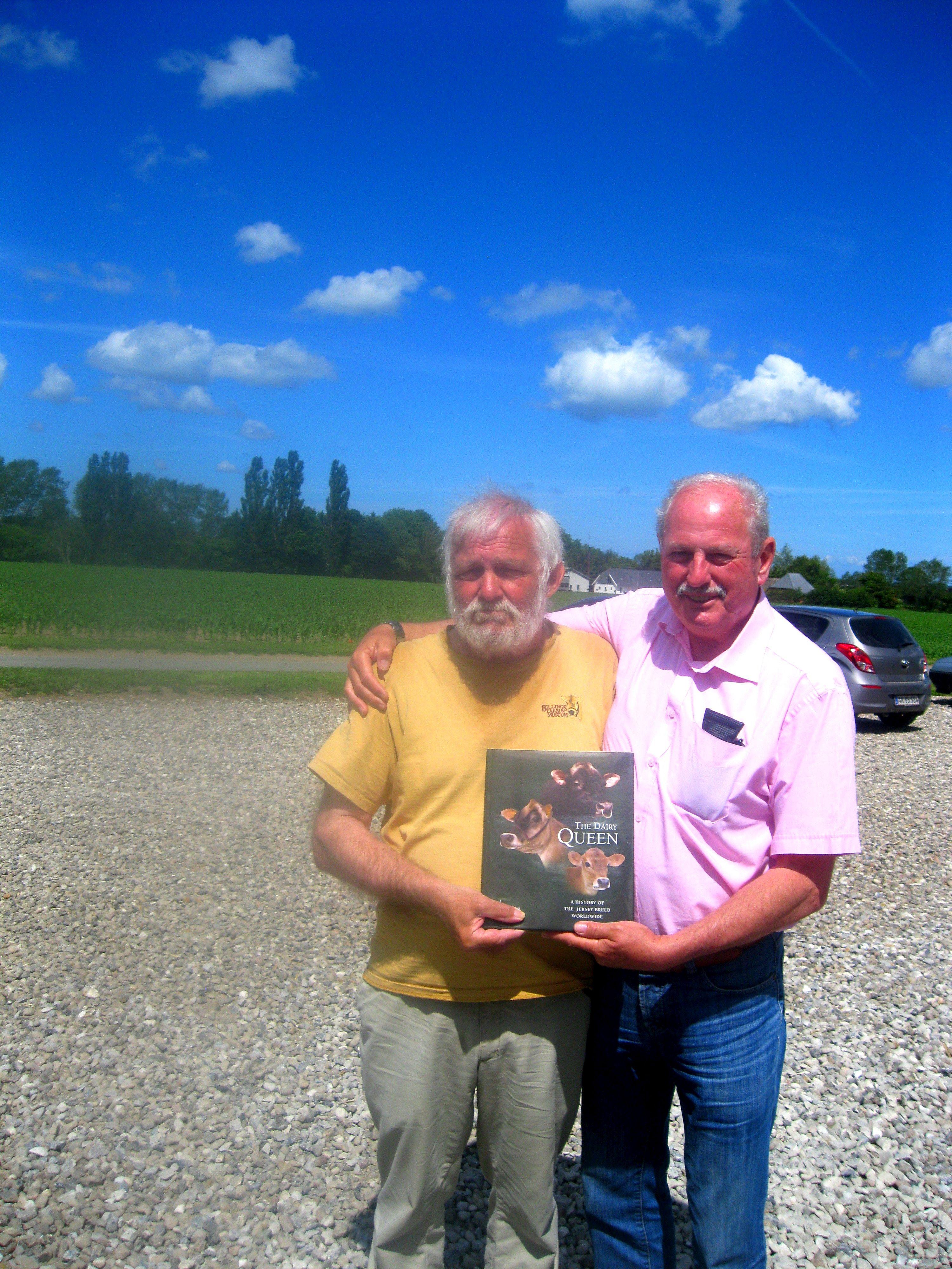 Hans Nørgaard og Derrick Frigot med deres bog The Dairy Queen