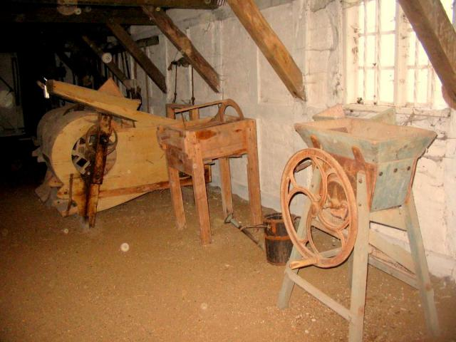 Kornrensemaskiner af Jens Nielsen fabrikat samt roeskærer