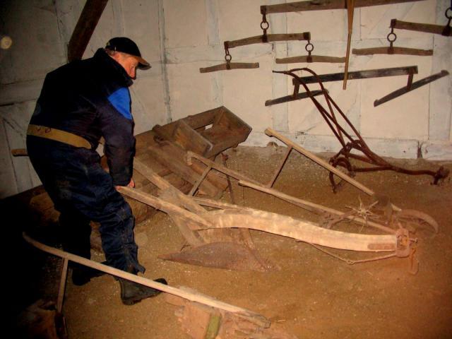 Godsejer Poul Rasmussen med en træplov