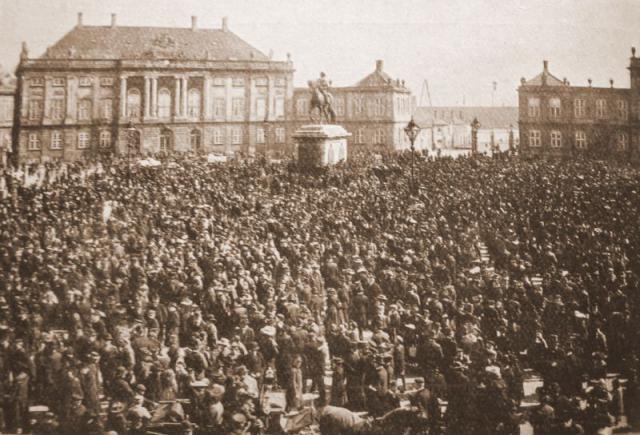 Folkelig demonstration foran Amalienborg (senest 1914)