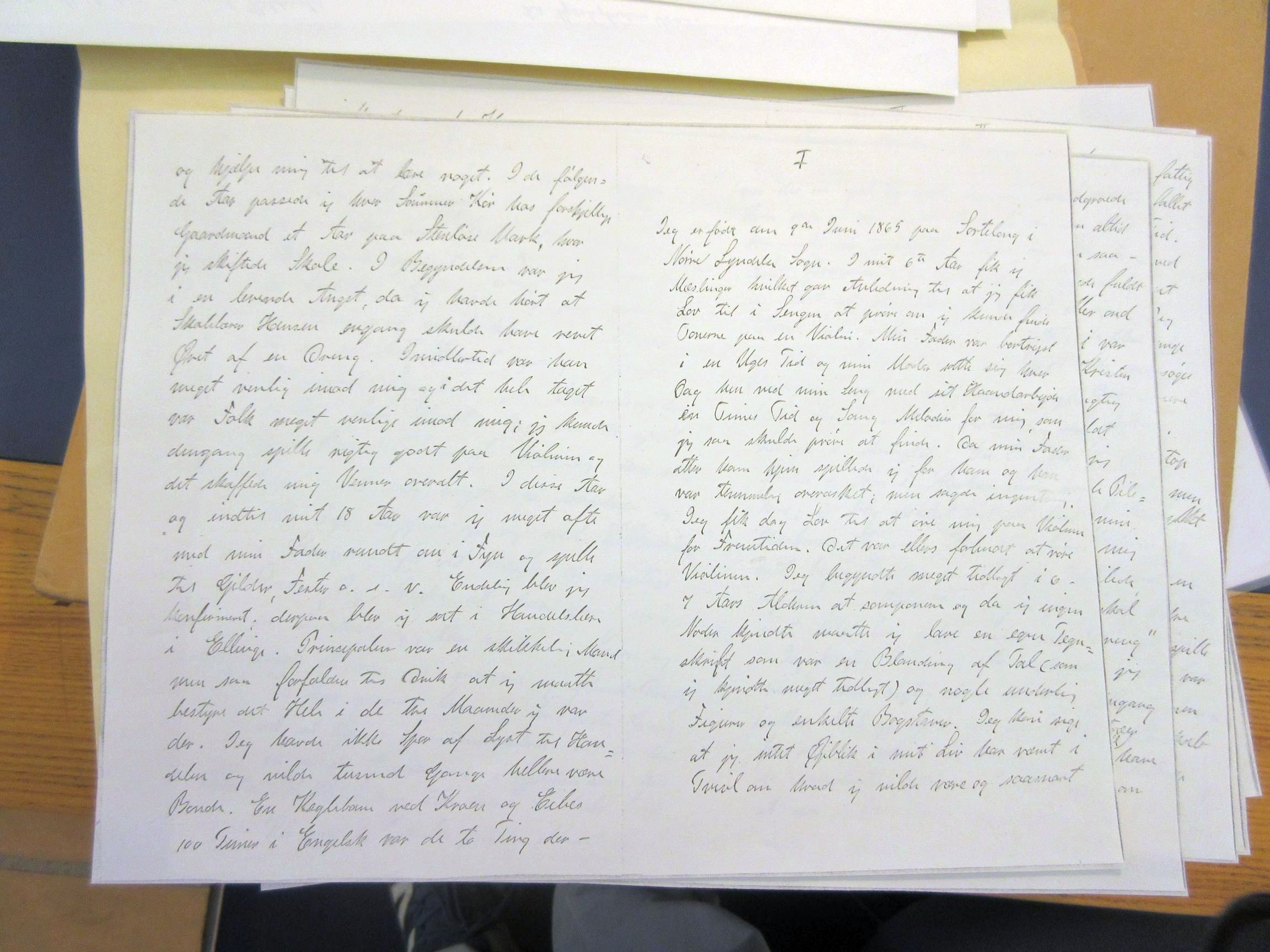 Carl Nielsen fortæller om sine første leveår til Klaus Berntsen, om hvordan han lærte violinspil og begyndte at komponere