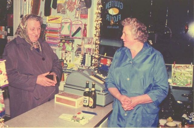 """Ketty Nørgaard ekspederer Mary Greve - købmandsforretningen """"Hedelund"""" Egebjerg Hede -(foto 1965)"""
