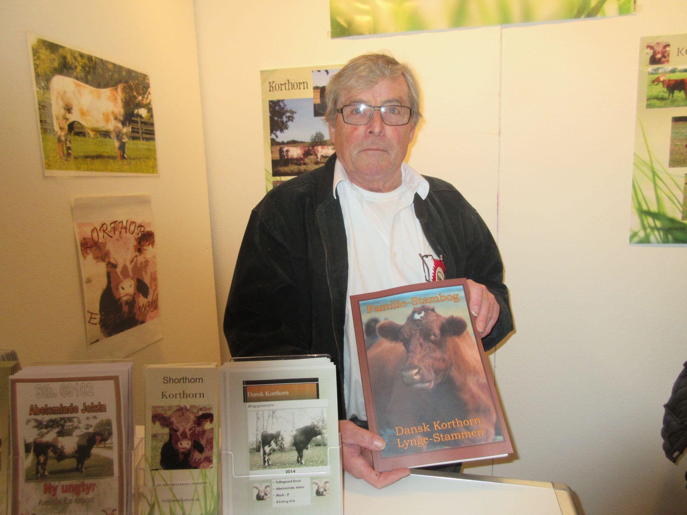 Forfatteren Frank Møller Fransen med sin bog om Dansk Korthorn -
