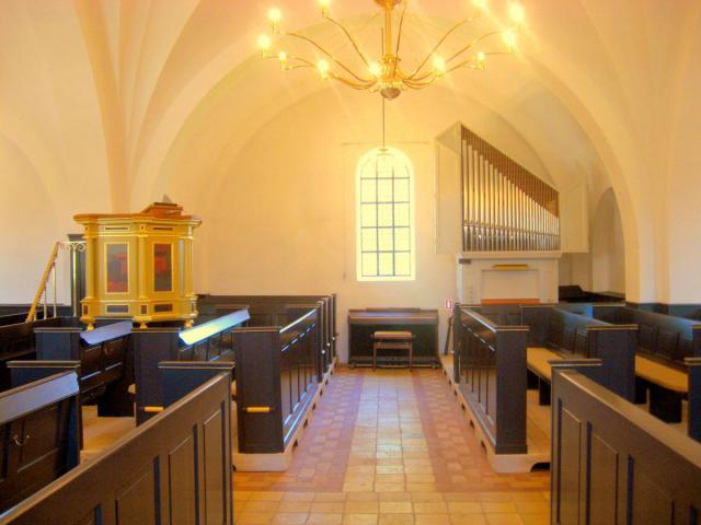 Sønder Nærå Valgmenighed - prædikestol og orgel