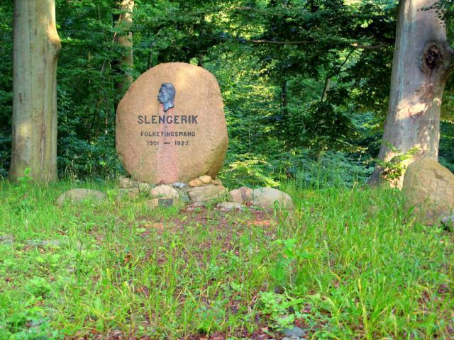 Mindesten over politikeren Carl Slengerik