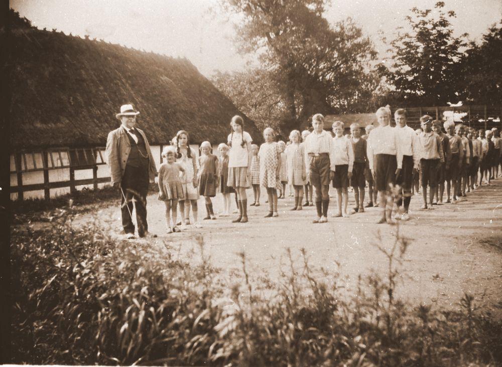 Elever på Ollerup skole med den populære lærer Kr. Baltersen