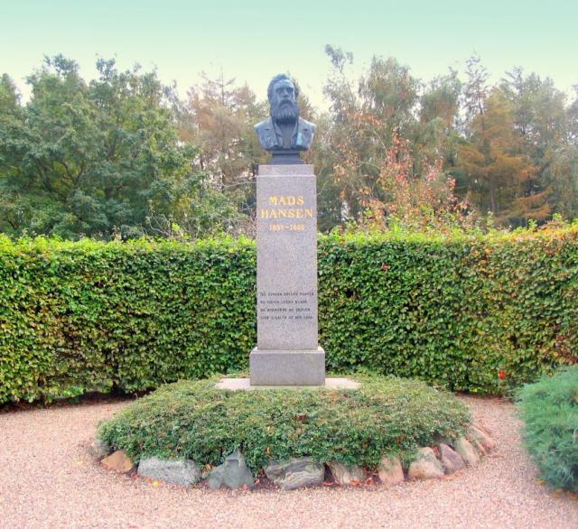 Buste af forfatteren Mads Hansen, (indv. 1885)