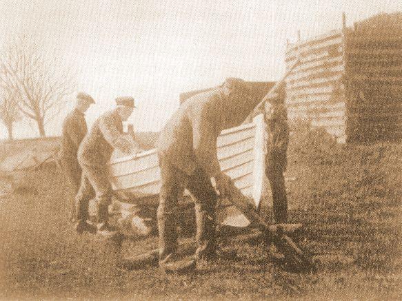 Fiskere der sætter båd i vandet