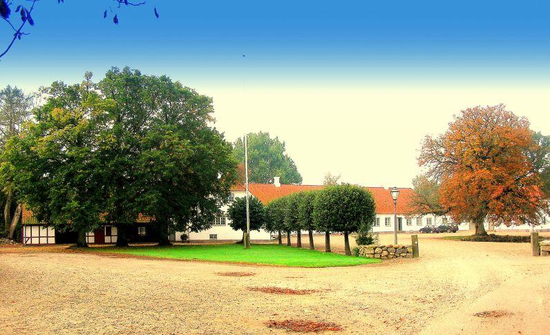 Hovedbygning set fra gården - Kroghenlund
