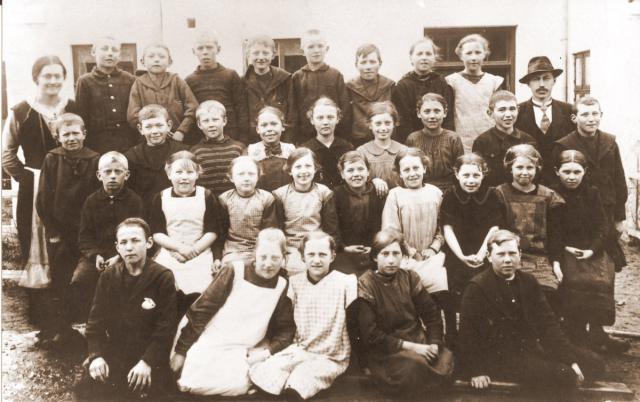 Lærere og elever ved Egebjerg friskole 1916-17