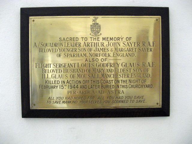 Mindeplade for squadroon leader Arthur John Sayer, RAF og sergent Claus ++ 1944