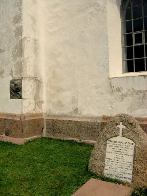 """""""Munkedøren"""" - den tilmurede præstedør i korets sydside - Landet kirke"""