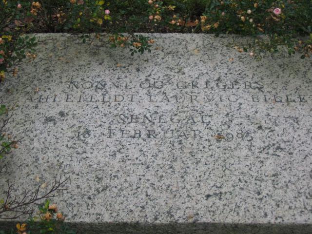 Gravsten o. Nonne og Gregers Ahlefeldt-Laurvig-Bille (+Senegal 1985) - Kværndrup kg