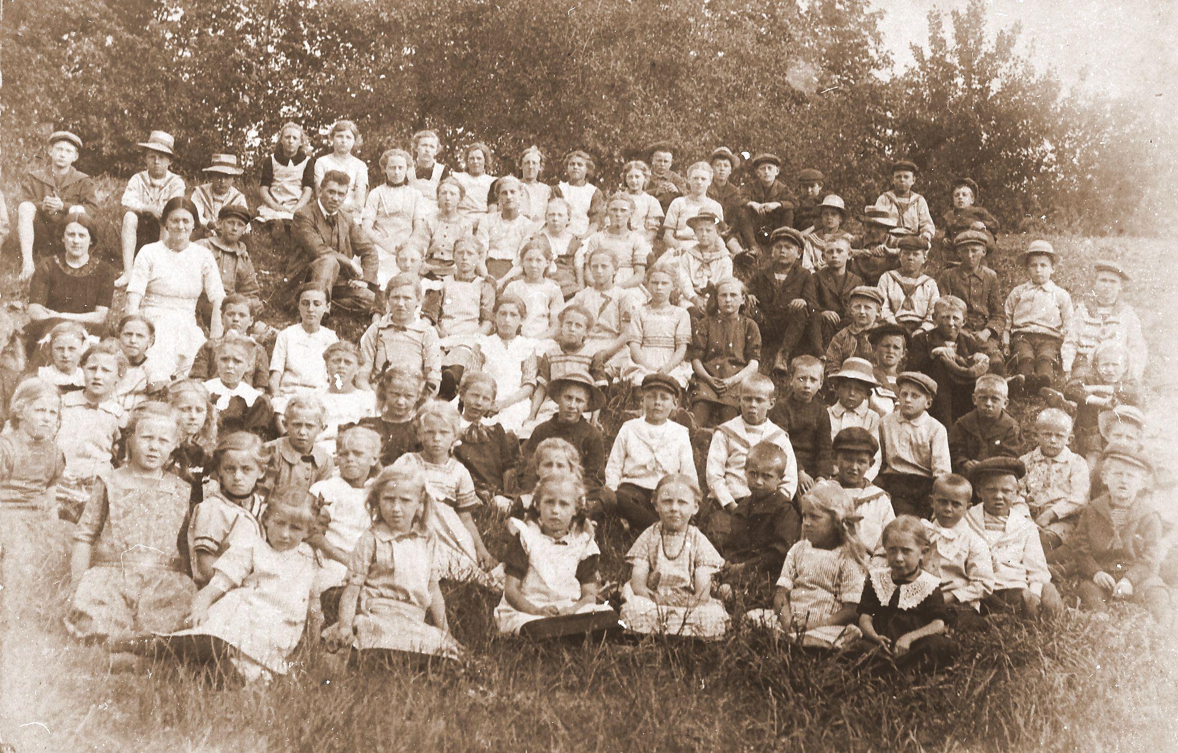 Lærere og elever i Egebjerg friskole på skovtur til Folehaven (1912-1919)
