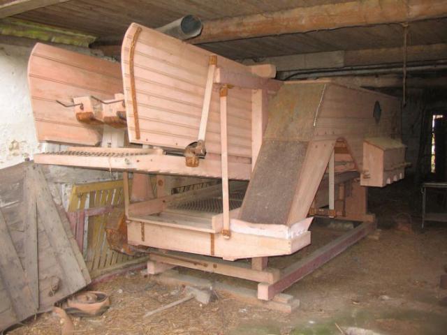 Tærskeværk i lade på nedlagt landbrugsejendom